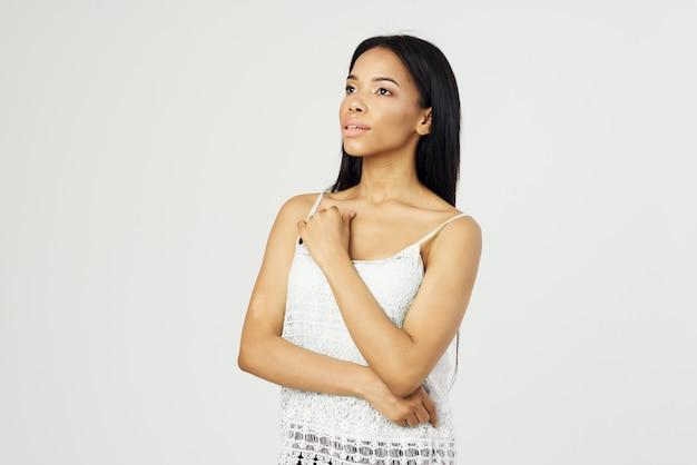 Красивая женщина мода прическа косметика уход за кожей светлый фон