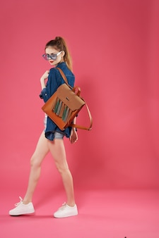 きれいな女性のファッションポーズ夏スタイルの豪華な学生
