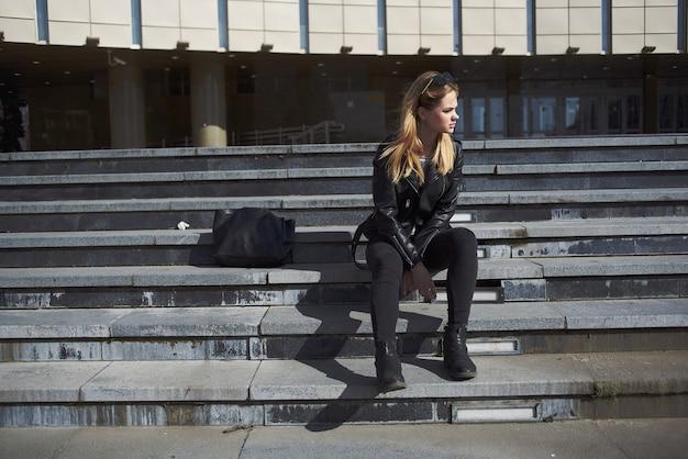 예쁜 여자 유행 옷 야외 현대적인 스타일 레저