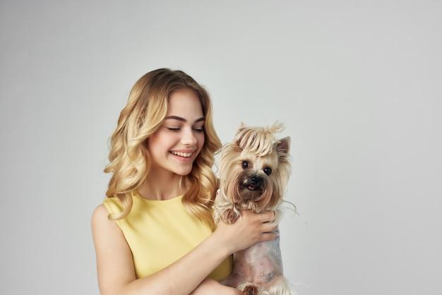 きれいな女性のファッショナブルな純血種の犬のトリミングされたビューのファッション