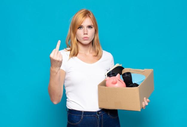 Симпатичная женщина злится, раздражается, бунтует и агрессивна, переворачивает средний палец, сопротивляется