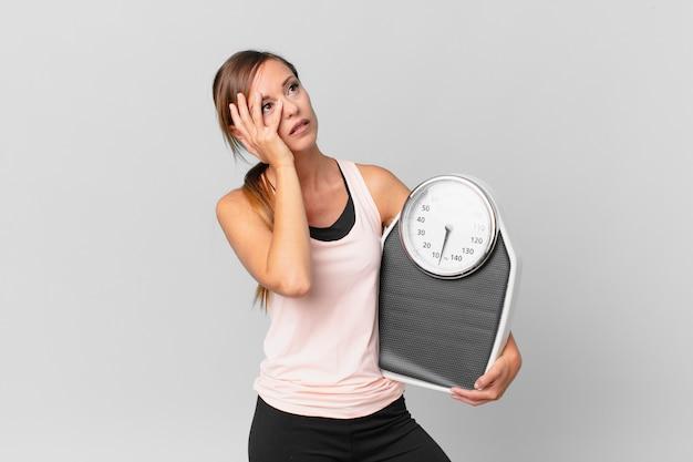 피곤한 후 지루하고, 좌절하고, 졸리는 예쁜 여자. 다이어트 개념