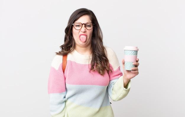 うんざりしてイライラして舌を出すきれいな女性。学生の概念