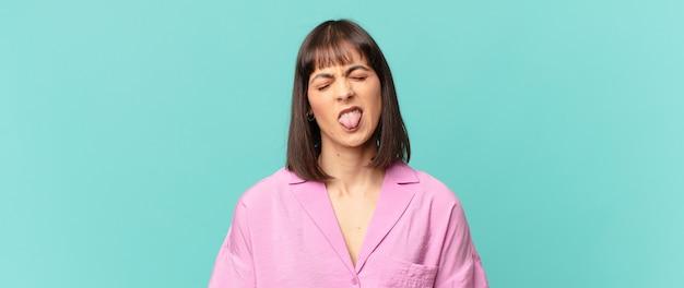 かなりの女性は嫌悪感とイライラを感じ、舌を突き出し、厄介で厄介なものを嫌います