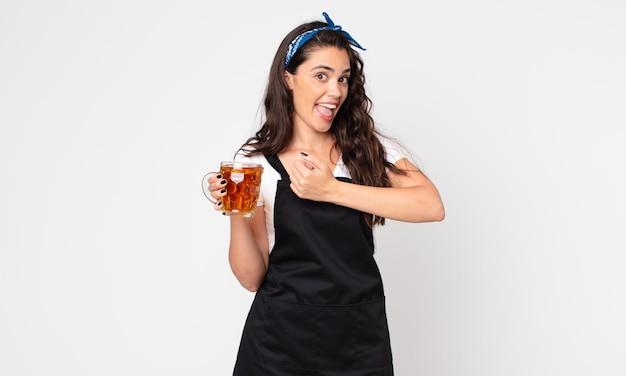 Красивая женщина чувствует себя счастливой и сталкивается с проблемой или празднует и держит пинту пива