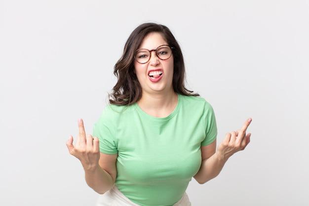 挑発的、攻撃的、猥褻、中指を弾く、反抗的な態度のきれいな女性