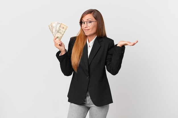 Красивая женщина чувствует себя озадаченной, смущенной и сомневающейся. бизнес и концепция долларов