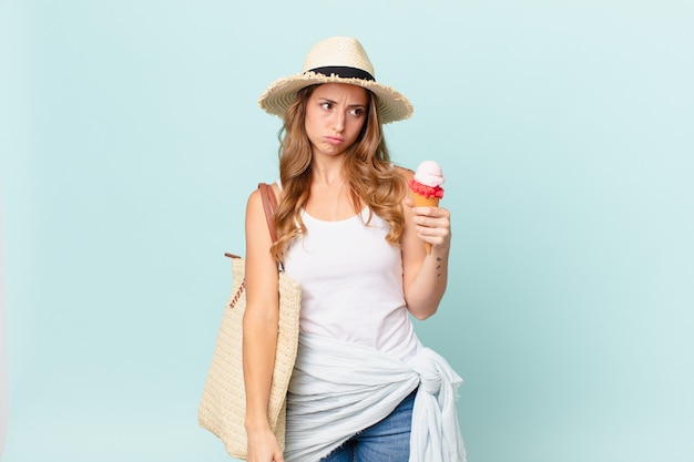 きれいな女性は、悲しみ、動揺、または怒りを感じ、横を向いています。夏のコンセプト