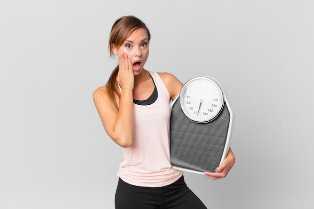 충격과 무서움을 느끼는 예쁜 여자. 다이어트 개념