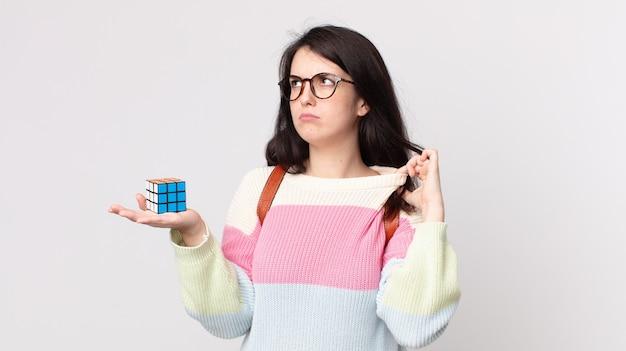 스트레스, 불안, 피곤, 좌절감을 느끼고 지능 게임을 해결하는 예쁜 여자