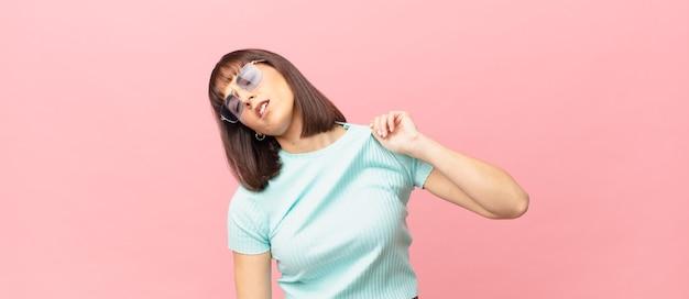 ストレス、不安、疲れ、欲求不満を感じ、シャツの首を引っ張って、問題で欲求不満に見えるきれいな女性