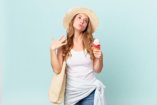 ストレス、不安、倦怠感、欲求不満を感じているきれいな女性。夏のコンセプト