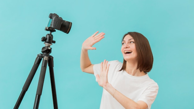 きれいな女性が自宅でビデオを撮影