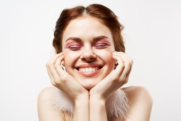 Красивая женщина пушистые серьги голые плечи крупным планом яркий макияж