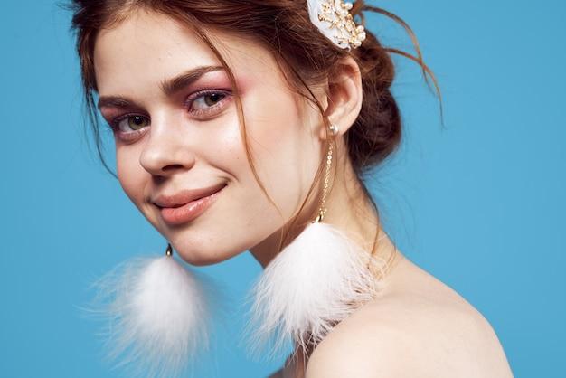 예쁜 여자 솜 털 귀걸이 밝은 메이크업 자른 보기 모델