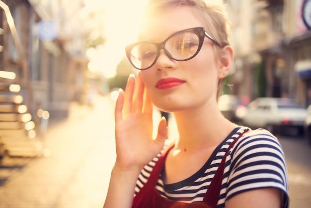 屋外で短い髪のきれいな女性がクローズアップを歩きます。高品質の写真