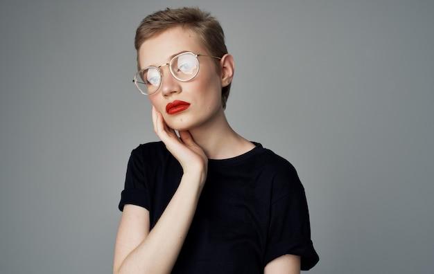 짧은 머리와 붉은 입술에서 예쁜 여자 블랙 티셔츠 미소 모델