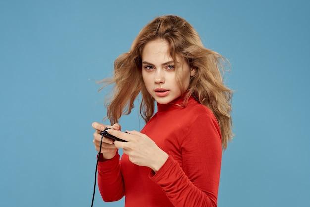 Красивая женщина-геймпад в руках, играя в игры