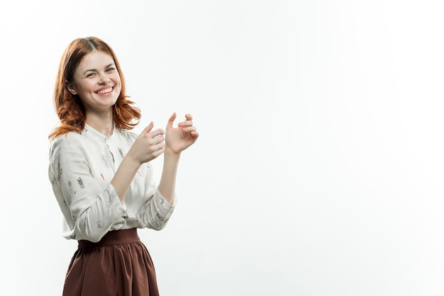Красивая женщина жестикулируя с потехой элегантного стиля рук.