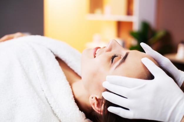 Красивая женщина получает спа-процедуры в центре красоты