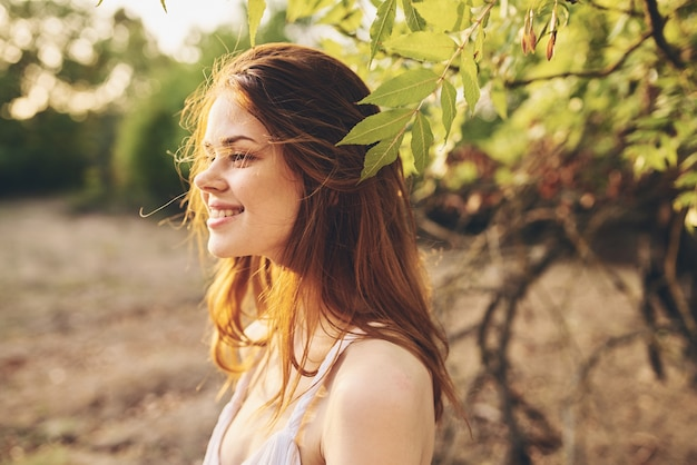 夏のクローズアップポーズのきれいな女性の魅力的な自然