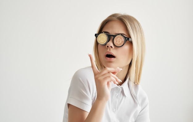 暗号通貨ビットコインゴールドインターネット経済の形できれいな女性のメガネ