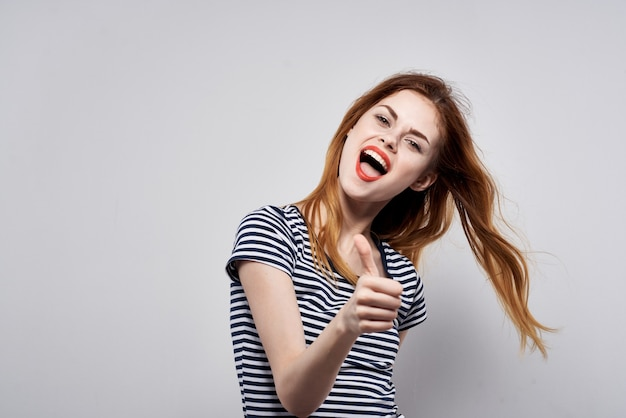きれいな女性の髪型の喜びポーズファッション魅力的な外観モデルスタジオ