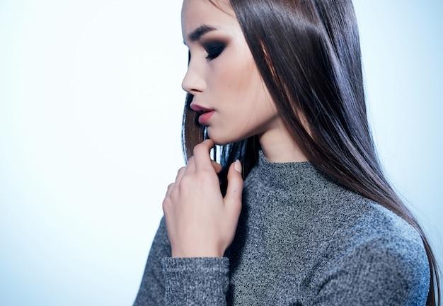 Красивая женщина руки возле лица студии