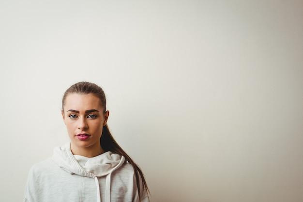 Bella donna in studio di danza hip-hop