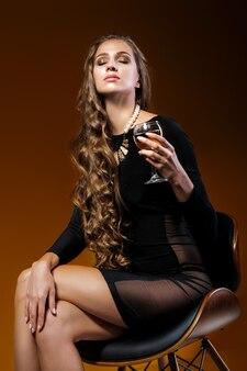 샴페인 잔을 들고 예쁜 여자
