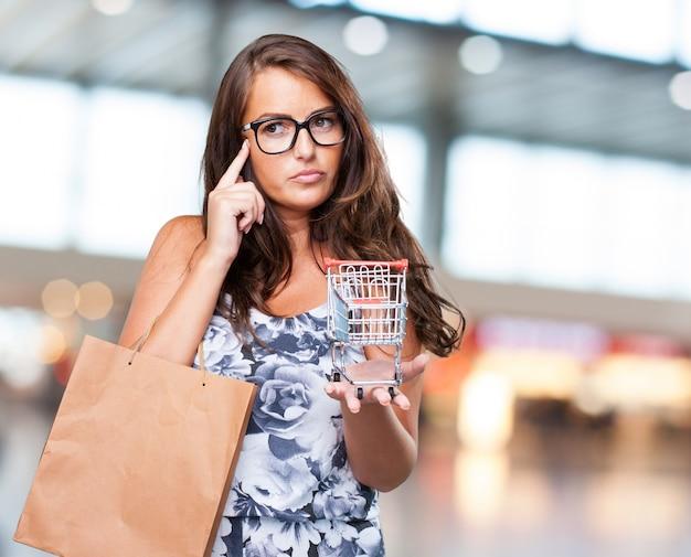 ショッピングカートを保持しているきれいな女性