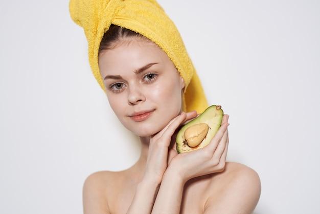 Красивая женщина, держащая авокадо в руке