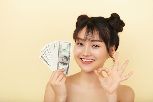 お金を保持しているきれいな女