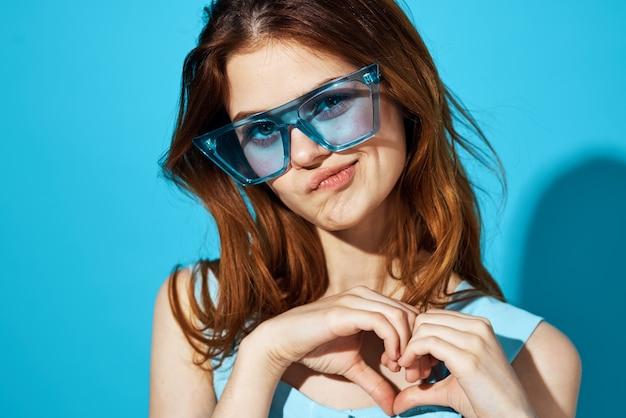 드레스와 안경 파란색 배경 라이프 스타일에 예쁜 여자