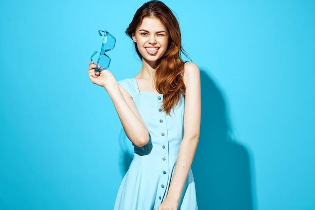 Красивая женщина в платье и очках изолировал фон привлекательный вид. фото высокого качества