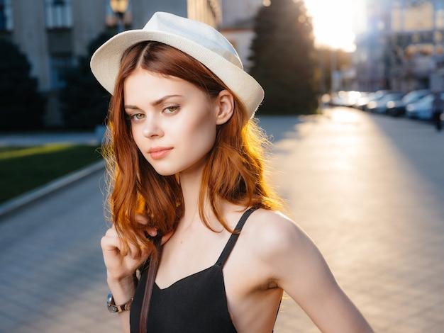帽子をかぶったきれいな女性屋外夏の感情
