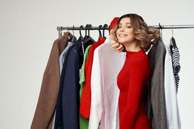 옷장 밝은 배경 근처에 빨간 재킷을 입은 예쁜 여자