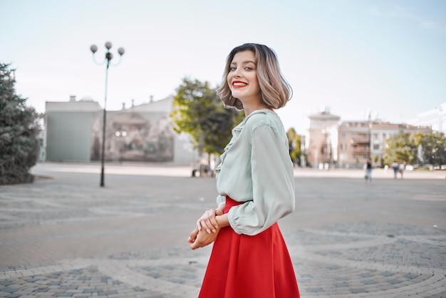 빨간 치마 도시 산책 재미 레저 라이프 스타일에 예쁜 여자