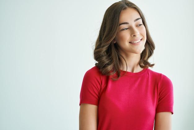 赤いtシャツのヘアケアスタジオのライフスタイルのきれいな女性