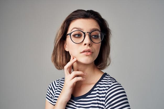 ストライプのtシャツモダンなスタイルの髪型のきれいな女性。高品質の写真