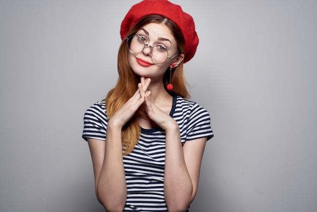Красивая женщина в полосатой футболке с красными губами жест рукой