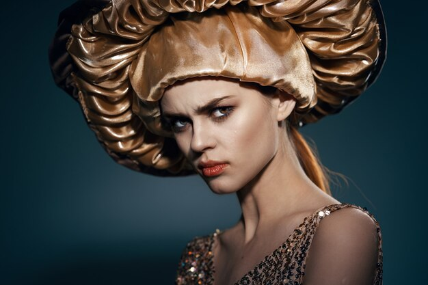 큰 황금 모자 빈티지 라이프 스타일 매력에 예쁜 여자