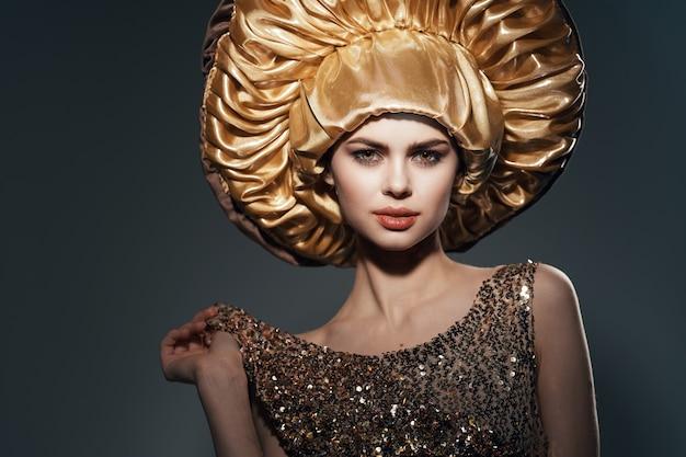大きな黄金の帽子のヴィンテージライフスタイルの魅力のきれいな女性