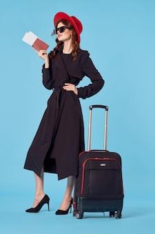 Красивая женщина в черном пальто официальные туристические каникулы