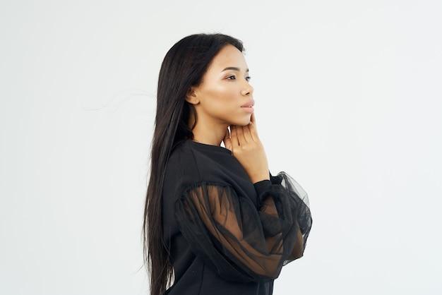 黒のシャツのきれいな女性の長い髪の化粧品の顔をクローズアップ