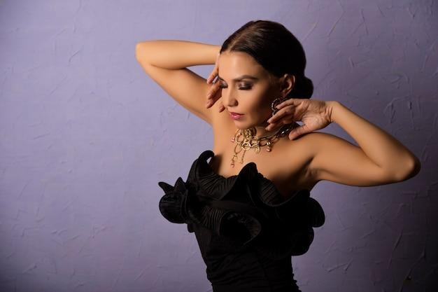 Красивая женщина в черном платье на синем