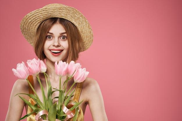 ドレスと花の花束のきれいな女性の休日の女性の日