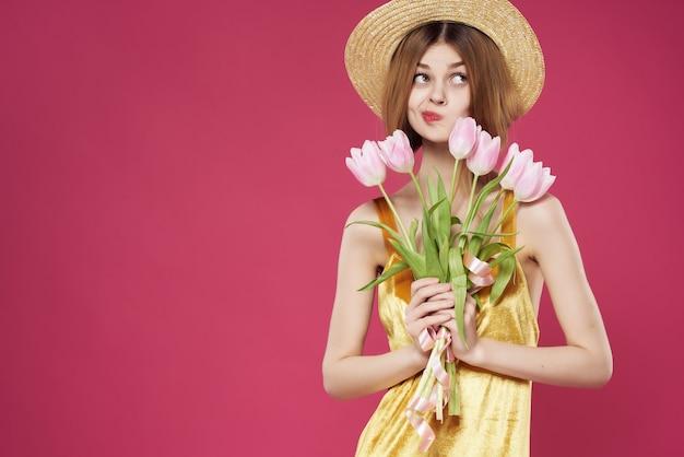 꽃 분홍색 배경의 꽃다발과 드레스에 예쁜 여자