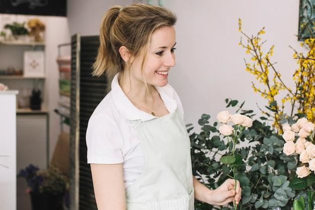 Красивая женщина в цветочном магазине