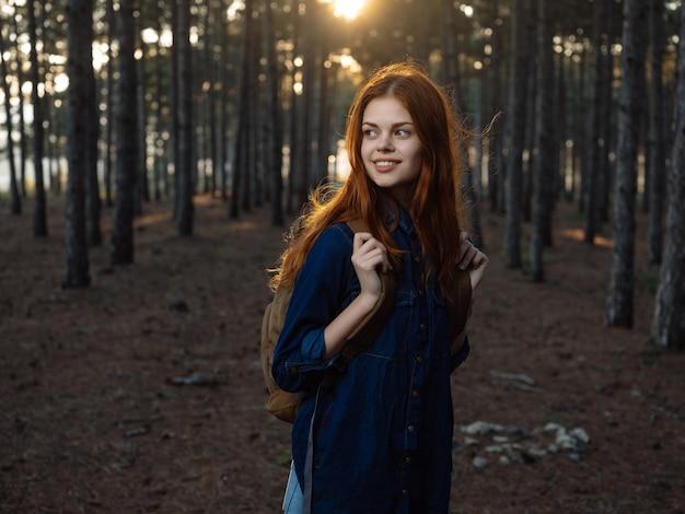 森のバックパック自然散歩ライフスタイルのきれいな女性